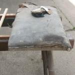 Ledernes Beichtstuhlkissen vor der Restaurierung