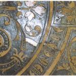 Lederbezogene Armlehnstühle aus der Albrechtsburg Meissen, Details während der Restaurierung, Planierung und Neuverleimung des geprägten und bemalten Leders